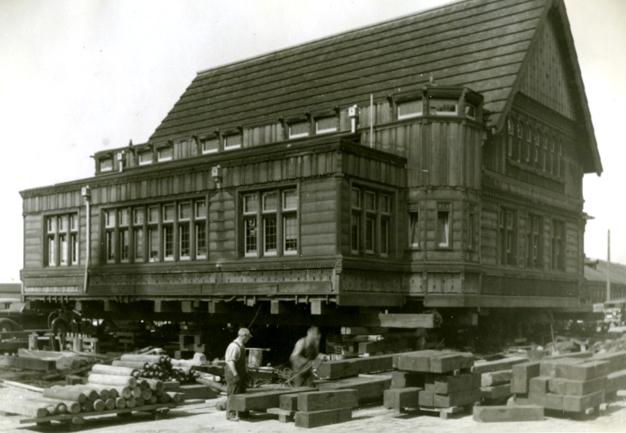Preparing to move the Weyerhaeuser office building in 1938
